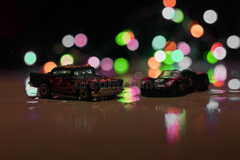As rodas quentes brincam carros na luminosidade reduzida fotos de stock royalty free