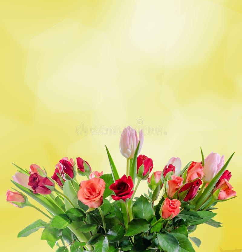 As rosas brancas, alaranjadas, vermelhas e amarelas florescem, ramalhete, arranjo floral, fundo amarelo, isolado imagens de stock royalty free