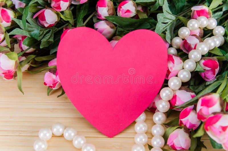 As rosas e o coração dão forma ao cartão para sua mensagem imagem de stock royalty free