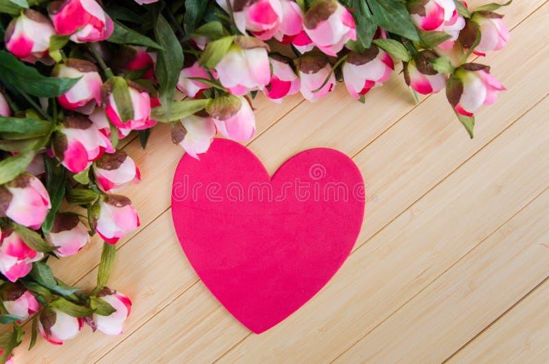 As rosas e o coração dão forma ao cartão para sua mensagem foto de stock royalty free