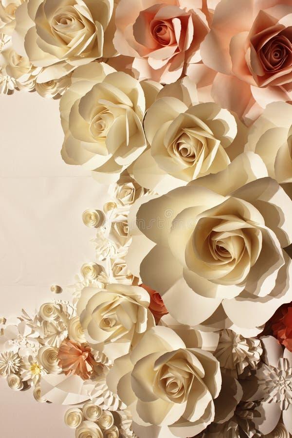As rosas fizeram o papel do ââof fotos de stock