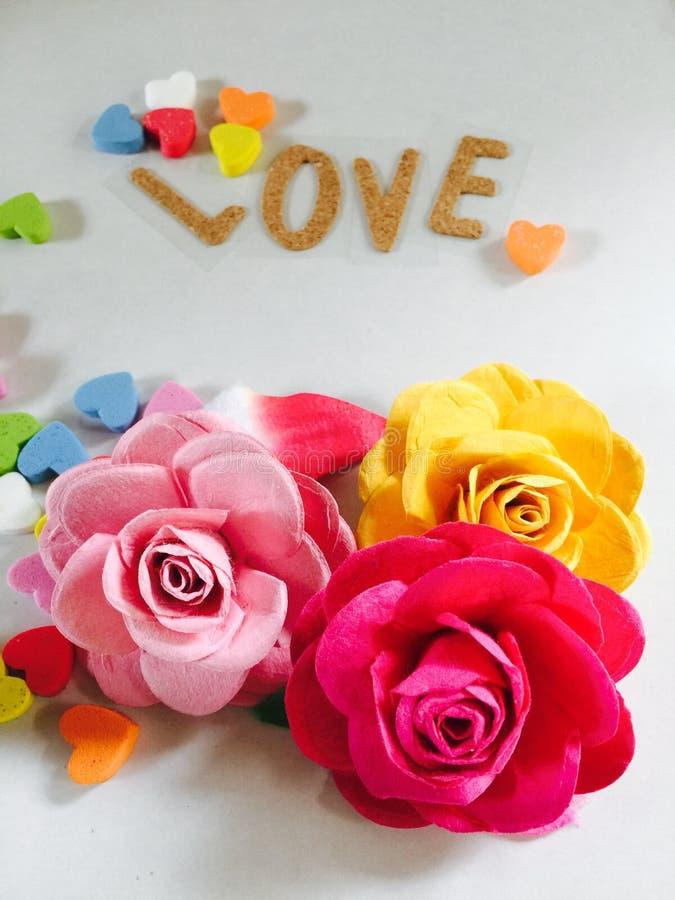 As rosas forram com corações fotos de stock royalty free