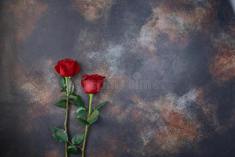 As rosas vermelhas estão sobre um fundo de mármore texturizado Um sinal de condolência, simpatia pela perda Espaço para o seu tex imagem de stock