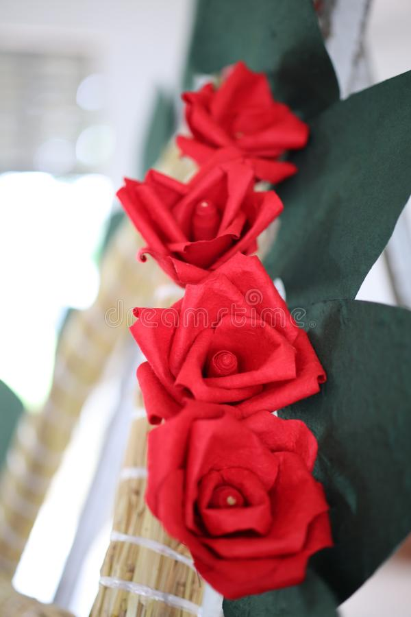 As rosas vermelhas fizeram do papel foto de stock