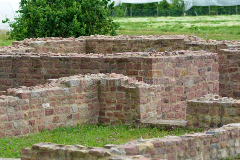 As ruínas 'do rustica de Vailla ', uma casa de campo do campo construída por romanos antigos no campo em Hirschberg sGroßsachsen foto de stock royalty free