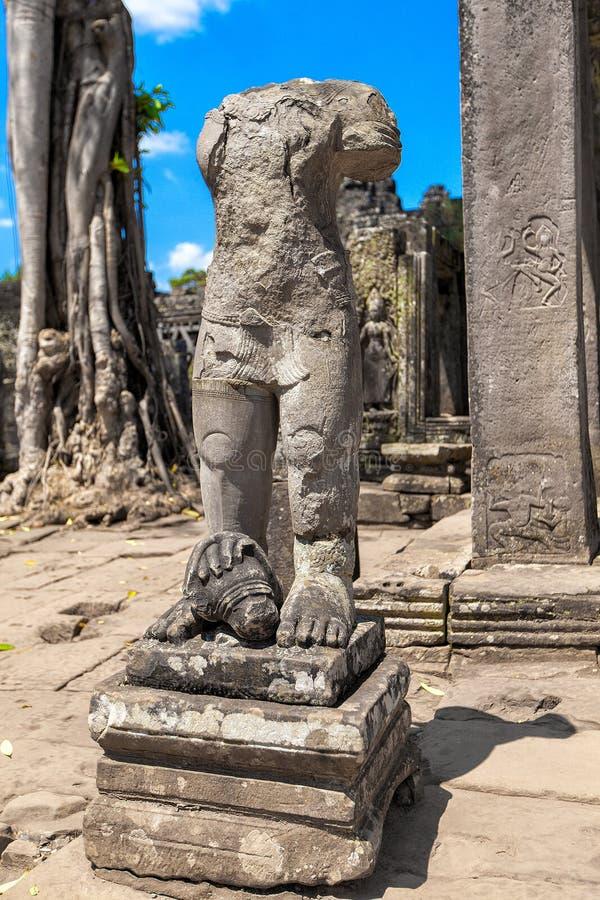 As ruínas antigas de um templo histórico do Khmer no compl do templo foto de stock royalty free