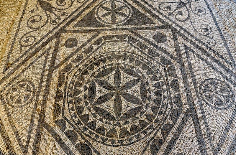 As ruínas antigas do mosaico fecham-se acima na casa de campo romana em Risan, Monteneg imagens de stock royalty free