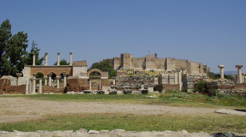 As ruínas da catedral do ` s de StJohn e da fortaleza de Ayasuluk imagens de stock royalty free