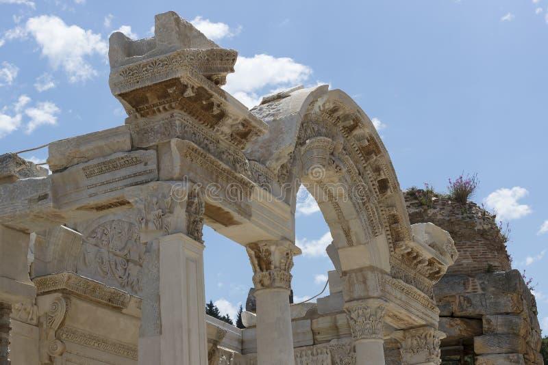 As ruínas da cidade antiga antiga de Ephesus a construção de biblioteca de Celsus, os templos do anfiteatro e colunas Candidato f foto de stock royalty free