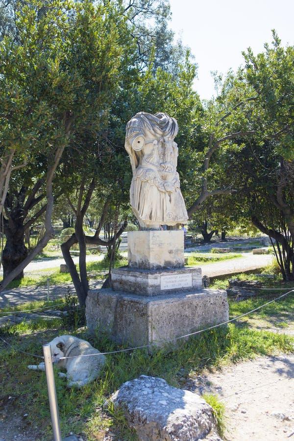 As ruínas da estátua de Hadrian do imperador indicada no complexo arqueológico da acrópole fotos de stock