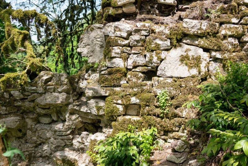 As ruínas das paredes de pedra da fortaleza antiga imagens de stock