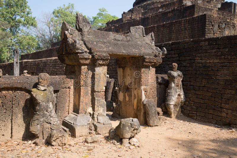 As ruínas das portas antigas do templo Wat Khao Suwankhiri Si Satchanalai imagem de stock