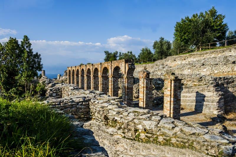 As ruínas de Catullus cavam, a casa de campo romana em Sirmione, Itália imagem de stock