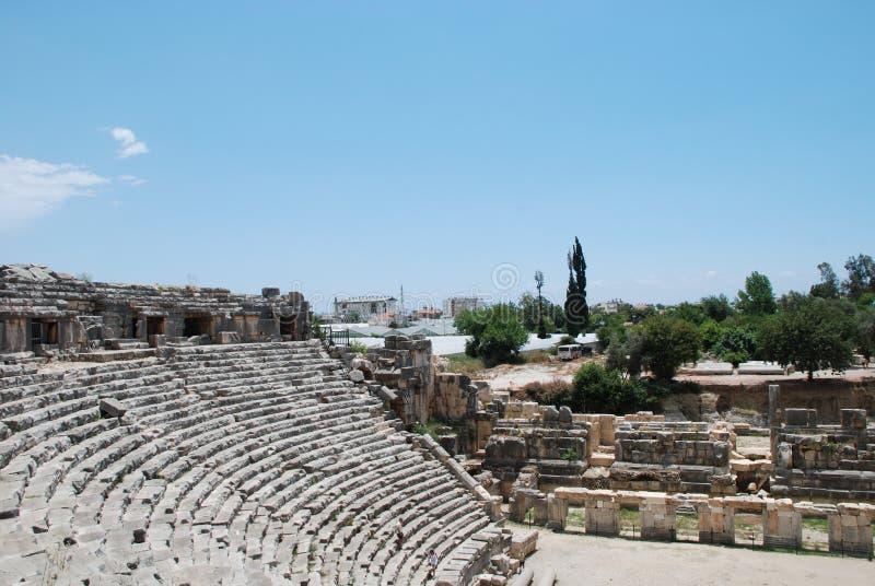 As ruínas de um anfiteatro de uma cidade antiga em Turquia perto de Antalya foto de stock