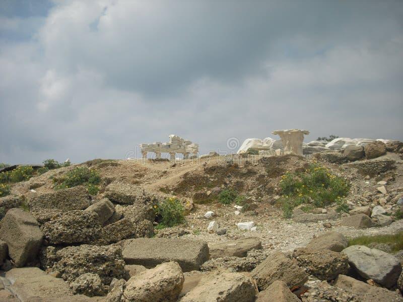 As ruínas de um templo do grego clássico no território de Turquia moderna imagem de stock