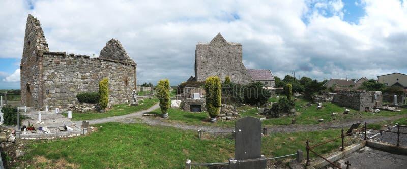 As ruínas de uma catedral com cemitério foto de stock