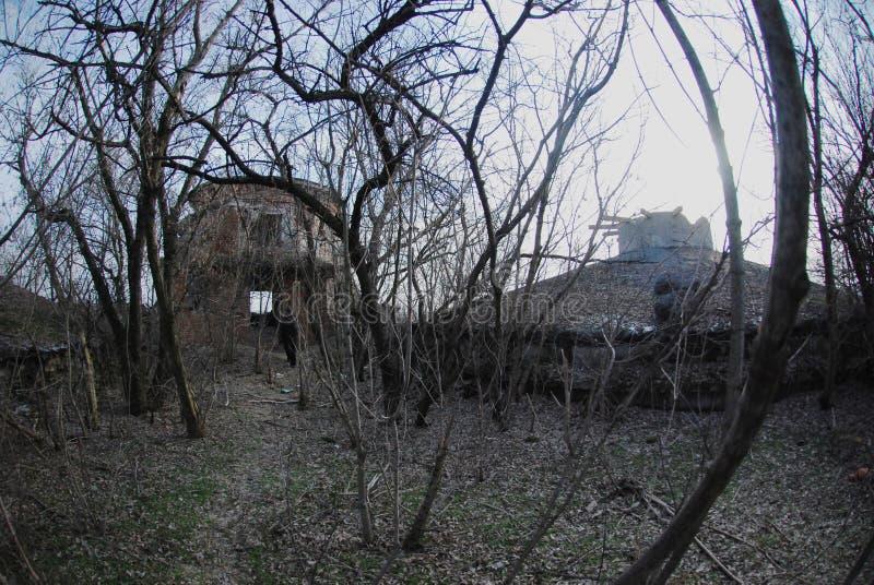 As ruínas de uma construção industrial bombardeada-para fora fotografia de stock