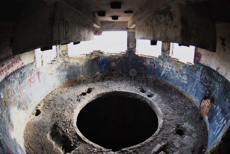 As ruínas de uma construção industrial bombardeada-para fora fotos de stock