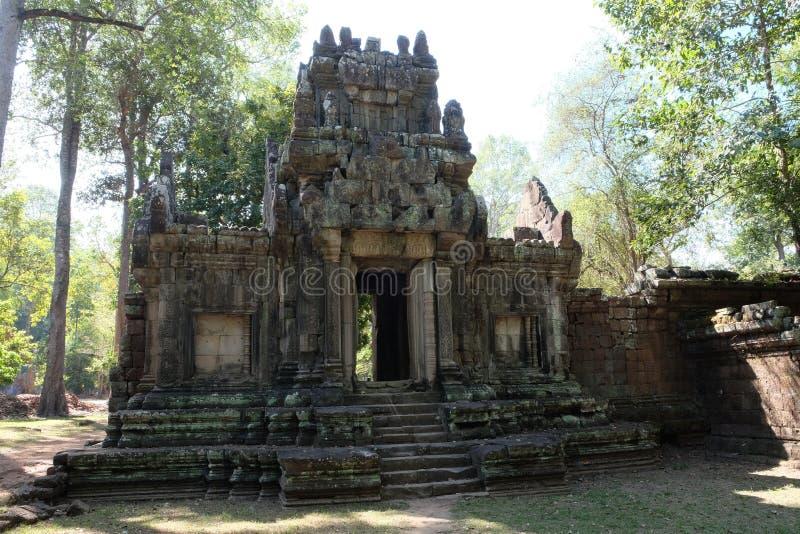 As ruínas de uma construção velha perdida na selva Tempo muito ensolarado e morno fotografia de stock royalty free