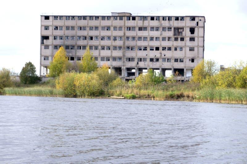As ruínas de uma fábrica industrial muito pesadamente poluída, lugar foram sabidas como uma das cidades as mais poluídas fotos de stock royalty free