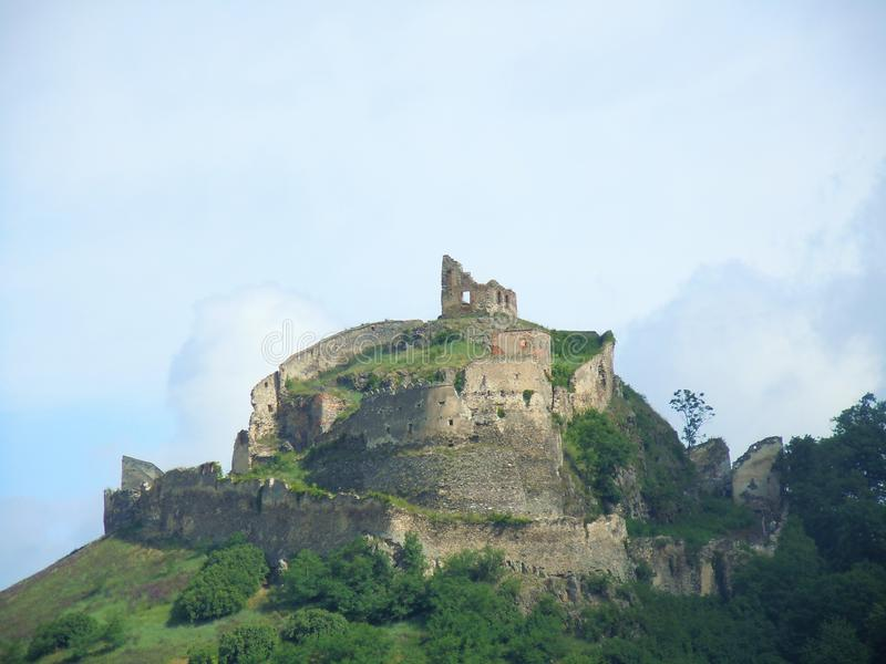 As ruínas de uma fortaleza medieval imagem de stock