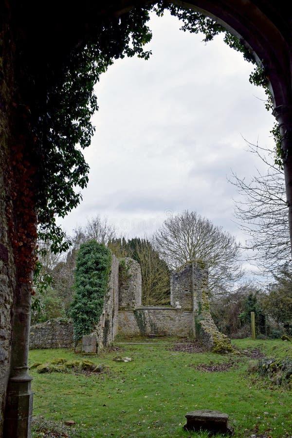 As ruínas de uma igreja velha em Kent England que foi destruído na segunda guerra mundial por uma bomba da varinha de rabdomante imagem de stock royalty free