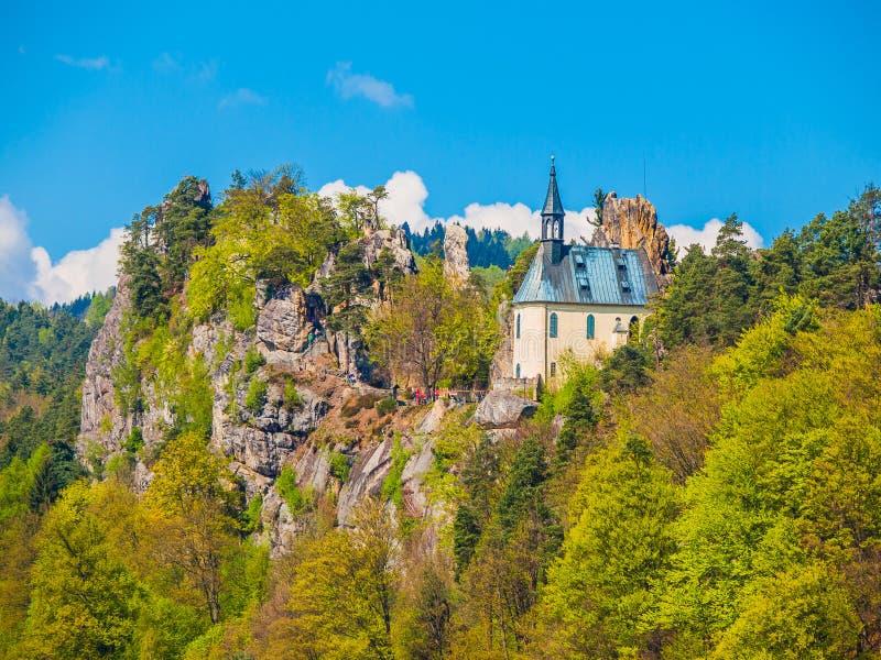 As ruínas de Vranov fortificam com a capela pequena da rocha, panteão, em Mala Skala no dia de verão ensolarado com verde do céu  fotografia de stock