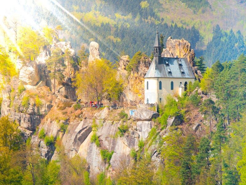 As ruínas de Vranov fortificam com a capela pequena da rocha, panteão, em Mala Skala no dia de verão ensolarado com verde do céu  foto de stock