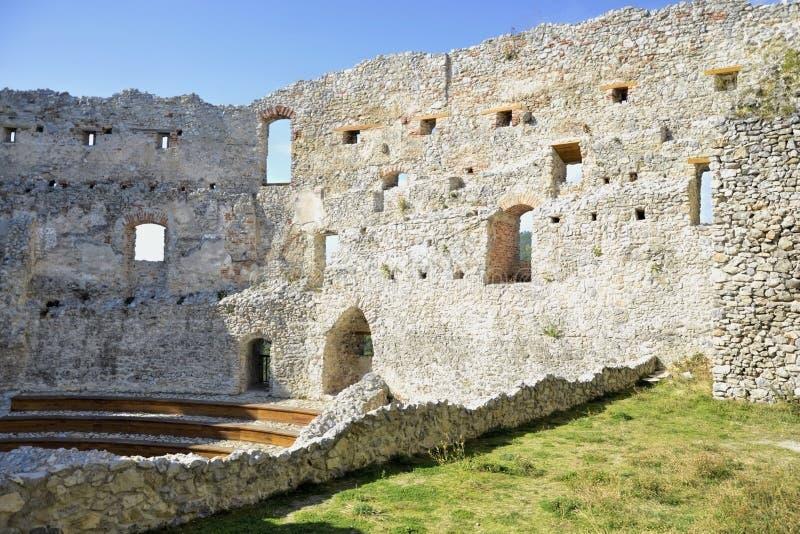 As ruínas do castelo Janela no castelo velho nas rochas Podhradie, Topolcany, Eslováquia imagens de stock royalty free