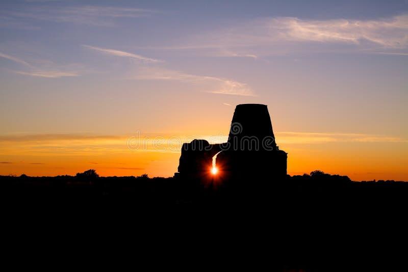 As ruínas do gatehouse da abadia do ` s do St Benet no por do sol fotografia de stock