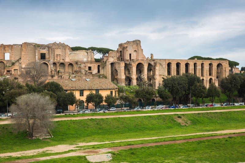 As ruínas do monte de Palatine que negligenciam o circo Maximus, Roma, Itália imagem de stock