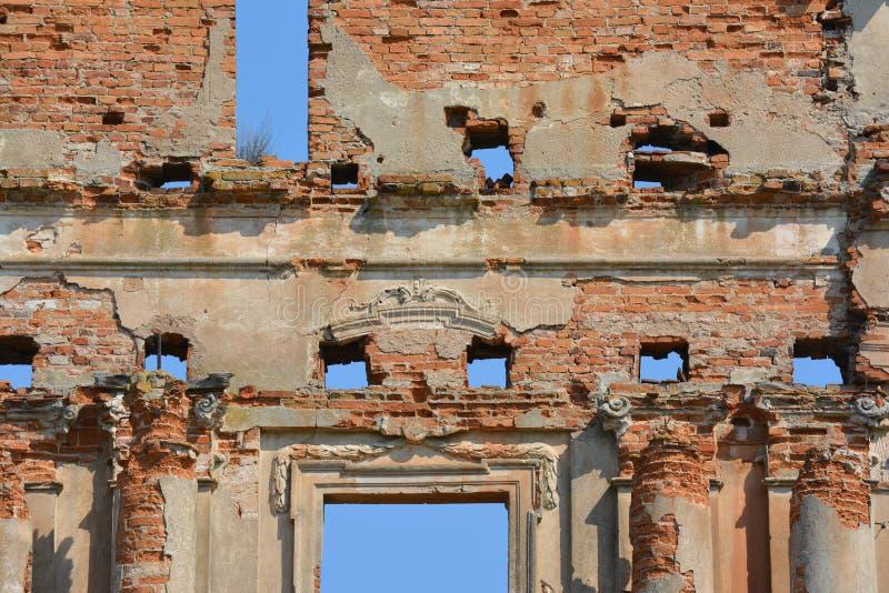 As ruínas do palácio antigo em Pruzhany, Bielorrússia fizeram do tijolo vermelho com o céu azul em vez das janelas foto de stock royalty free