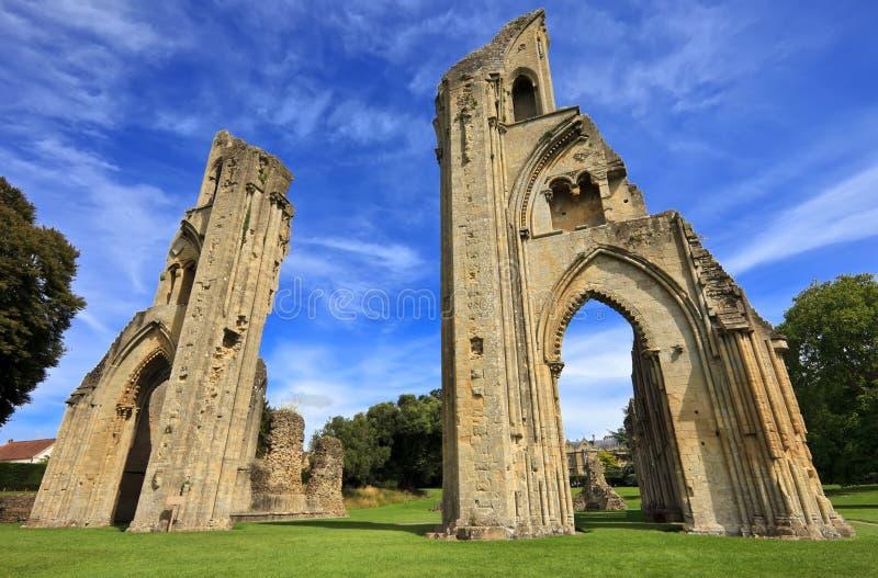 As ruínas históricas da abadia de Glastonbury em Somerset, Inglaterra, Reino Unido imagens de stock royalty free