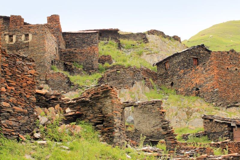 As ruínas na vila de Kvavlo Região de Tusheti (Geórgia) fotos de stock