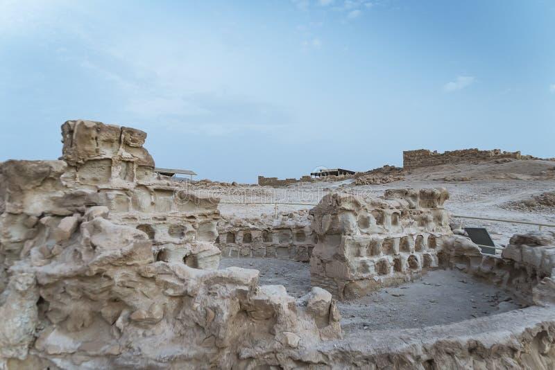 As ru?nas de Herods fortificam na fortaleza Masada, Israel Ruínas antigas da fortificação construídas no platô na negligência da  imagens de stock