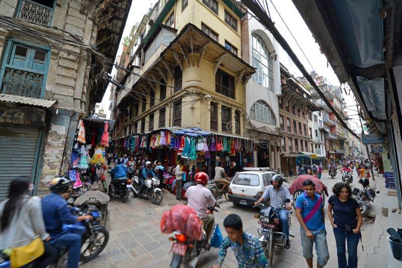 As ruas aglomeradas de Kathmandu, Nepal imagens de stock