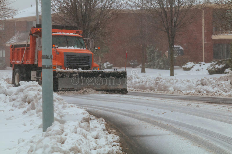 As ruas da cidade da limpeza do caminhão do removedor da neve na neve atacam imagens de stock royalty free