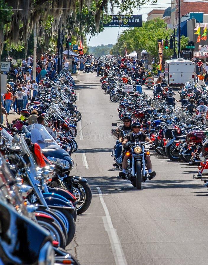 As ruas de Leesburg, na Flórida, estão repletas de motocicletas e motociclistas para o Leesburg Bikefest foto de stock royalty free
