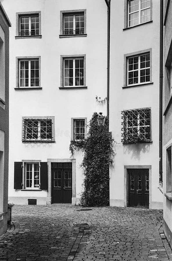 As ruas e as ligas de Chur enfiadas na Suíça são filmadas com a técnica analógica fotografia de stock royalty free