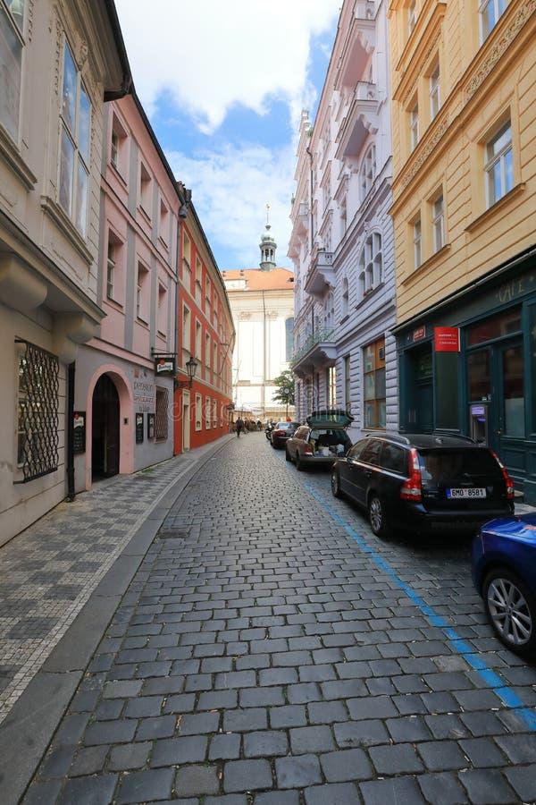 As ruas estreitas de Praga velha são originais fotos de stock