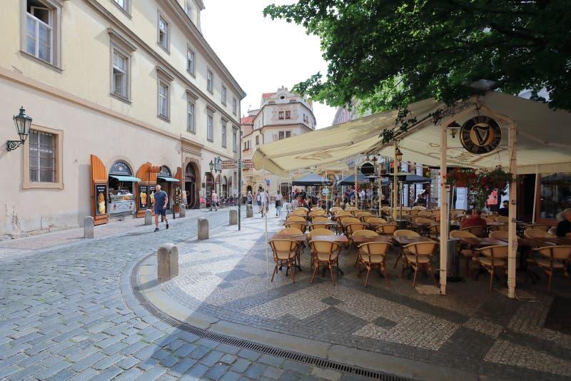 As ruas estreitas de Praga velha são originais fotografia de stock