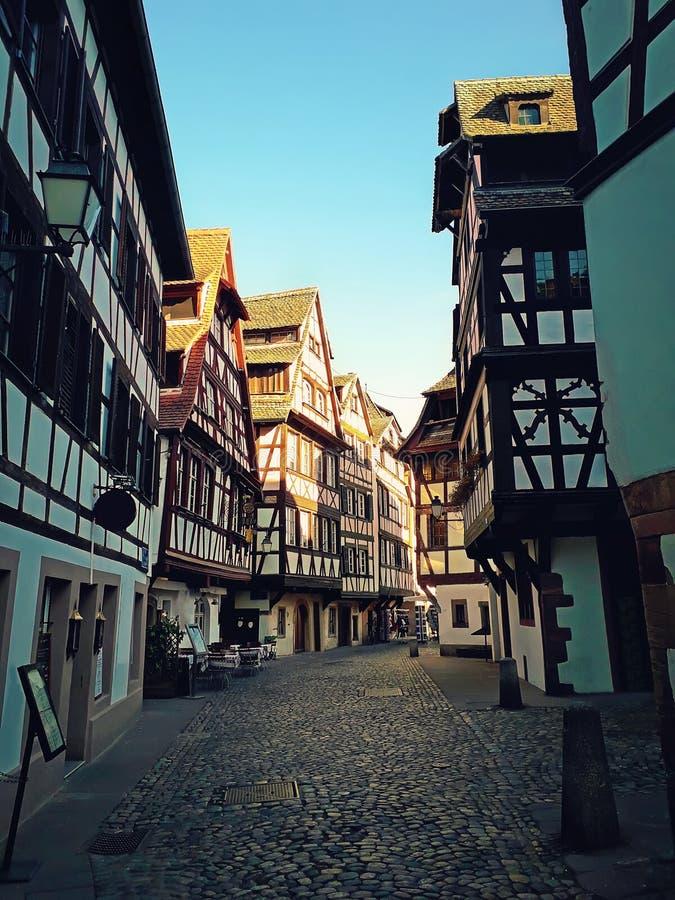 As ruas estreitas de Strasbourg da cidade velha com metade idílico suportaram fachadas de construções medievais Arquitetura bonit foto de stock royalty free