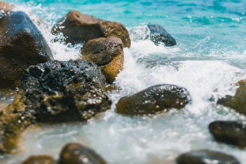 As rupturas da onda nas rochas Pulverizador de ?gua do mar ?gua dos azuis celestes Praia de uma ilha tropical em Tail?ndia imagem de stock royalty free