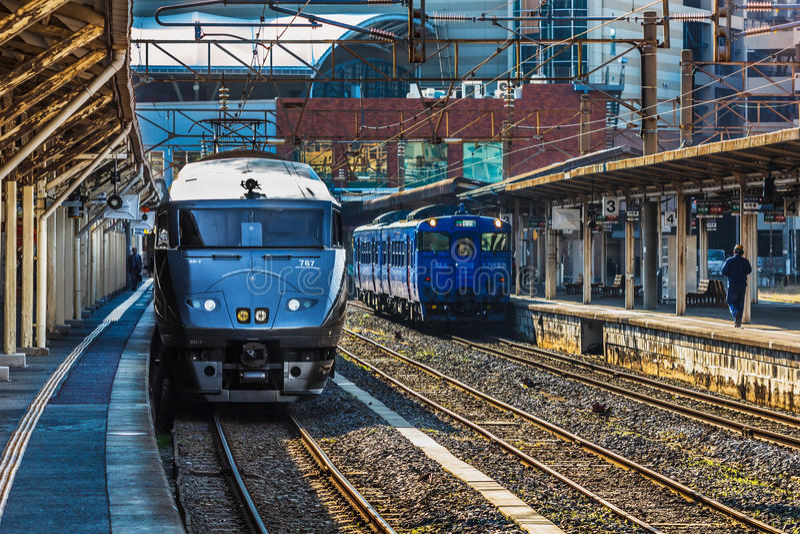 As 787 séries um trem expresso limitado na estação de Nagasaki imagem de stock royalty free
