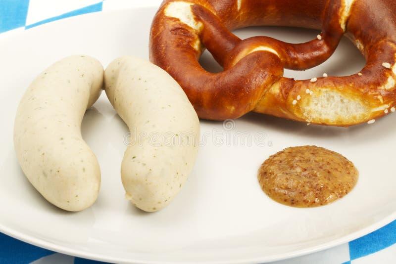 As salsichas bávaras da vitela com pretzel e doce devem foto de stock