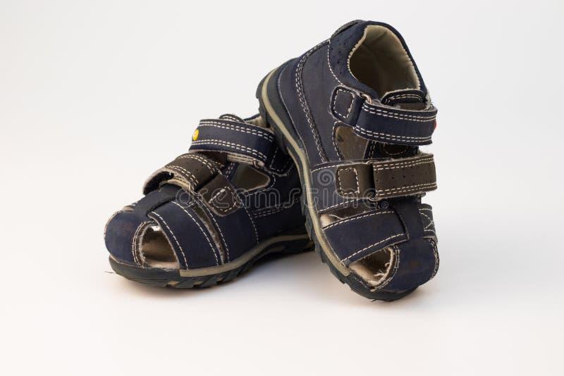 As sandálias das crianças idosas no azul em um fundo branco foto de stock royalty free
