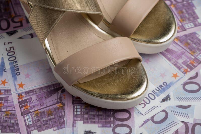 As sapatas à moda encontram-se no dinheiro, euro europeu do dinheiro foto de stock royalty free