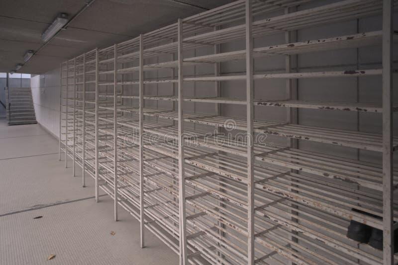 As sapatas vazias das barras de metal branco submetem na mesquita imagens de stock royalty free