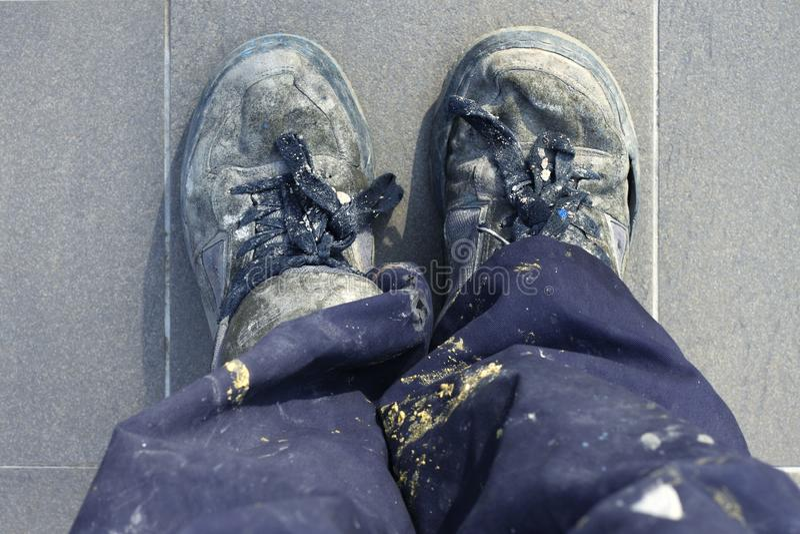 As sapatas velhas do trabalhador do homem manual detalham a vista elevada foto de stock royalty free
