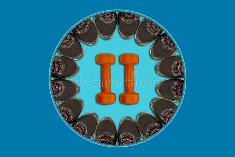 As sapatilhas pretas são colocadas ao longo da borda de uma ideia superior do círculo azul, no centro de um par de pesos alaranja imagem de stock